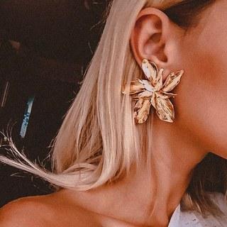 Mon bijoux du jour : ces spectaculaires fleurs d'oreilles dorées pour incanter le soleil. Un look résolument bohème à porter avec une tenue toute simple ou une grande robe à fleur. Et ton bijoux du jour ?  #bijoux #bijouxlovers #bijou #bijouxfantaisie #jewelry #fashionjewelry #jewelrygram #jewelryaddict #jewelrylover